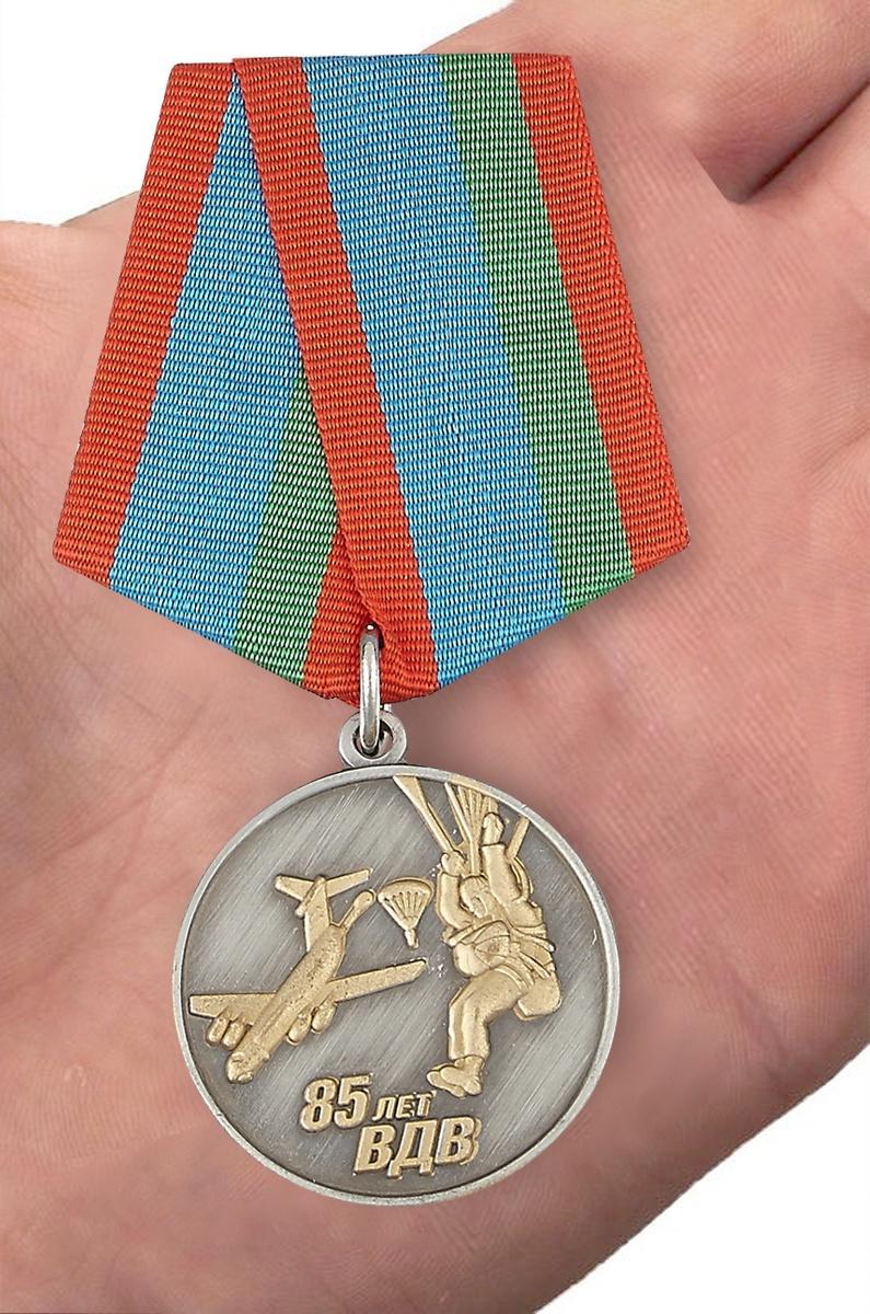 Медаль «Парашютист ВДВ» - вид на ладони