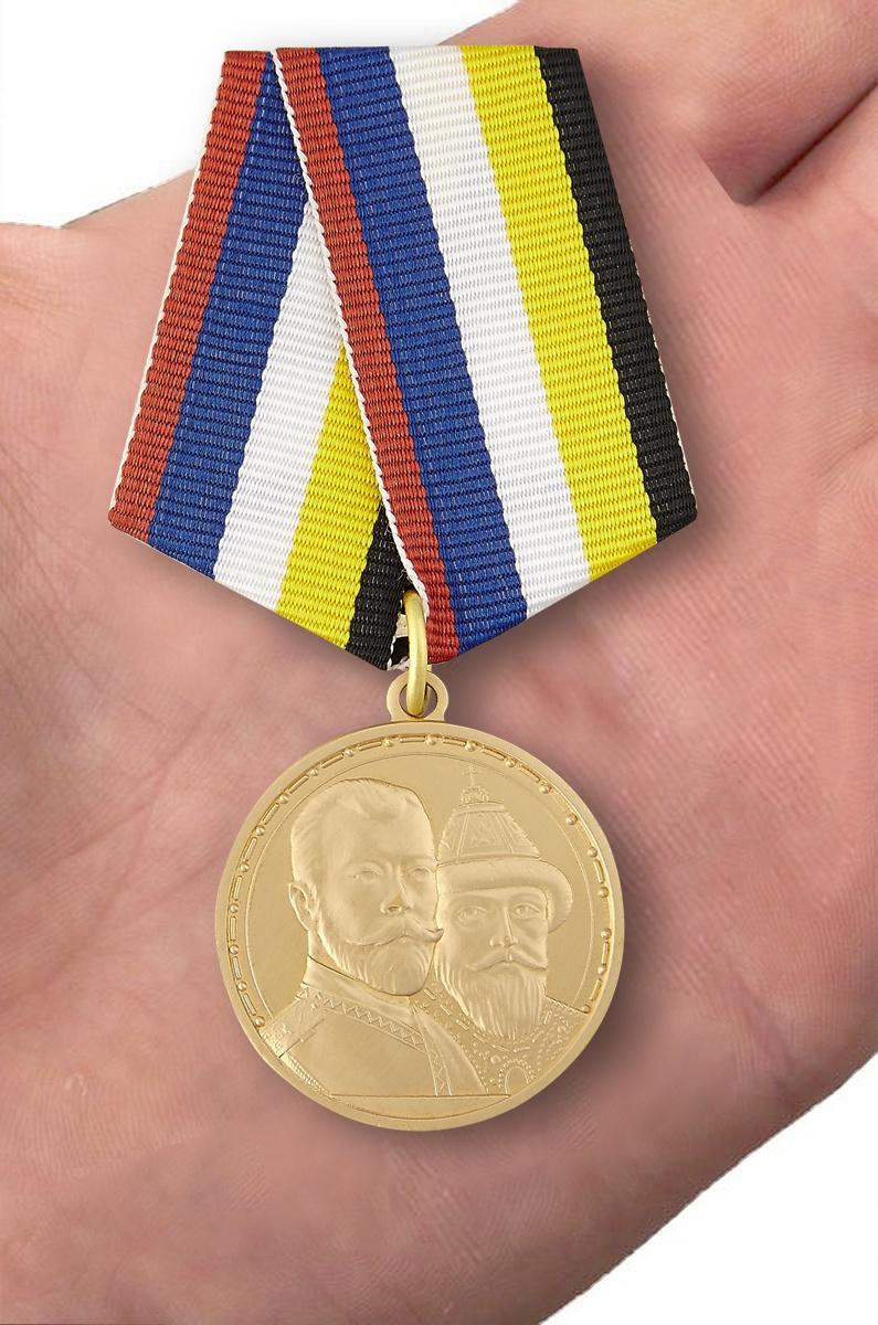 """Медаль """"В память 400-летия Царствования Дома Романовых"""" - вид на ладони"""
