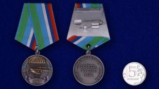 """Медаль ВДВ """"Никто, кроме нас"""" - сравнительный размер"""