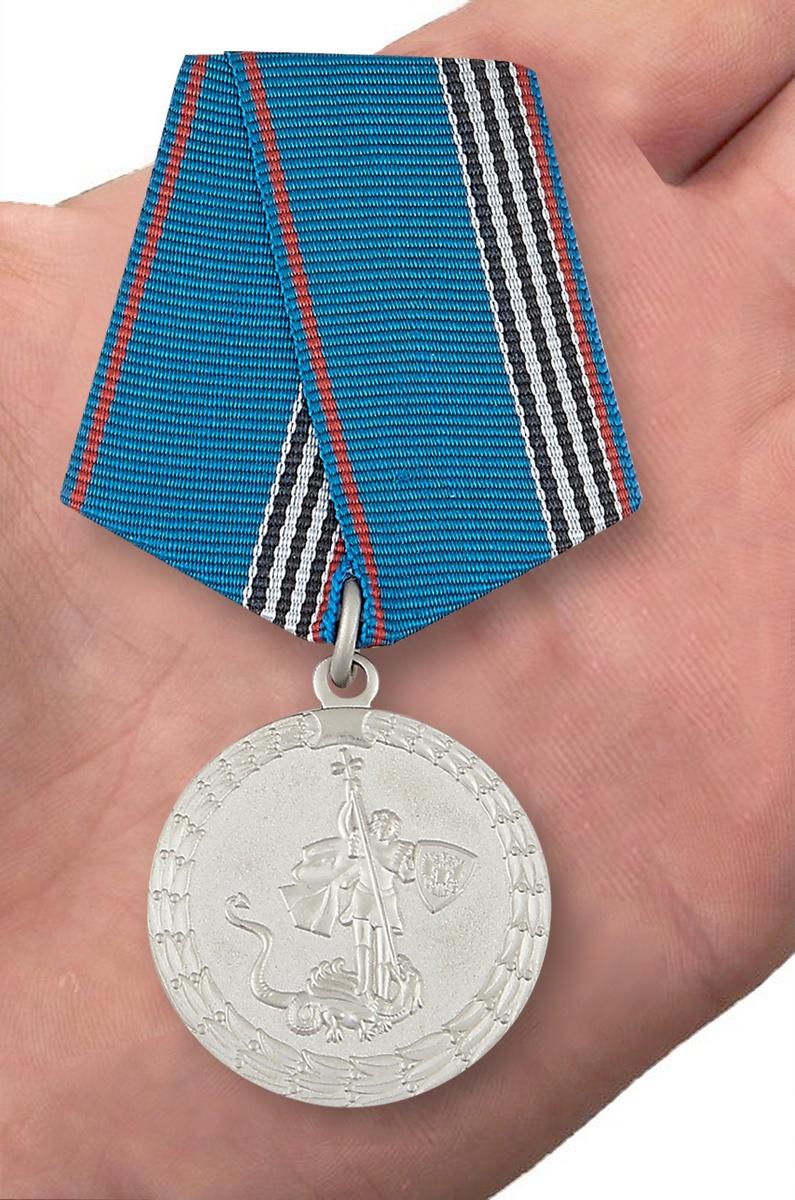 """Медаль """"Ветеран МВД России"""" - вид на ладони"""