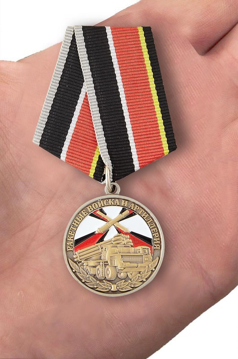 """Медаль """"Ветеран РВиА"""" - вид на ладони"""