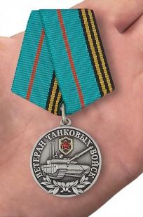 """Медаль """"Ветеран Танковых войск"""" - вид на ладони"""