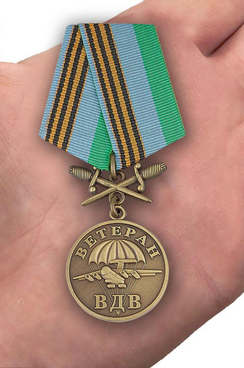 Медаль Ветеран ВДВ, с мечами - вид на ладони