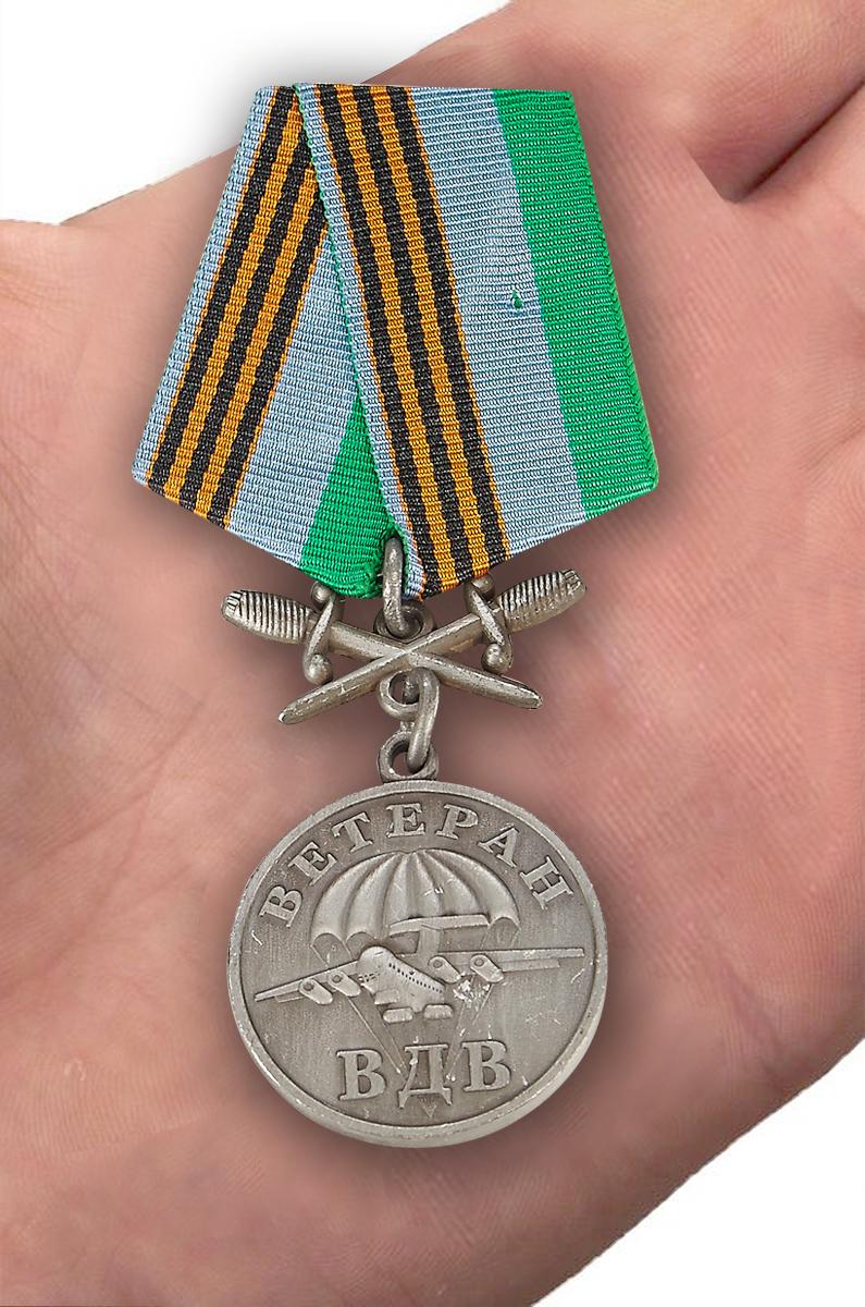 Медаль Ветерану ВДВ, с мечами - вид на ладони