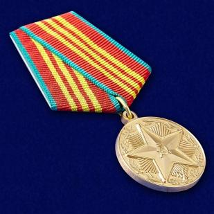 """Медаль """"За безупречную службу"""" КГБ 3 степени (муляж) - вид под углом"""