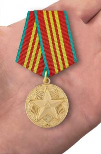 """Медаль """"За безупречную службу"""" КГБ 3 степени (муляж) - вид на ладони"""