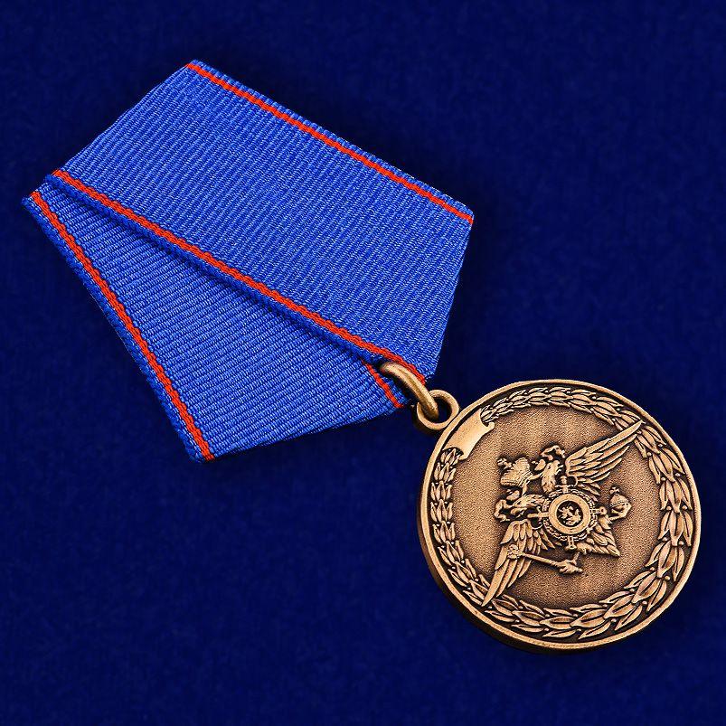 Медаль За доблесть в службе МВД - вид под углом