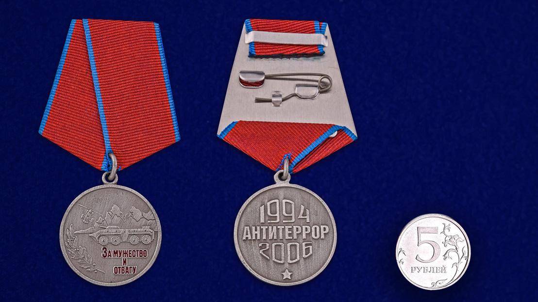 """Медаль """"За мужество и отвагу""""  -сравнительный размер"""