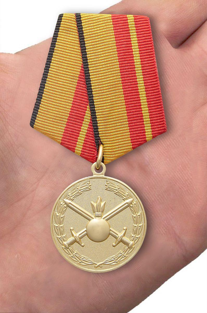 """Медаль """"За отличие в службе в Сухопутных войсках"""" - вид на ладони"""