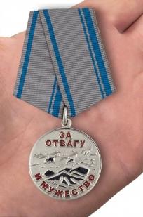 Медаль «За отвагу и мужество. Афганистан» - вид на ладони