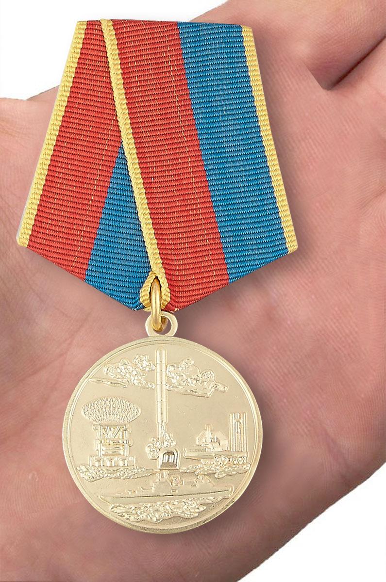 Медаль «За разработку, внедрение и эксплуатацию систем вооружения» - вид на ладони
