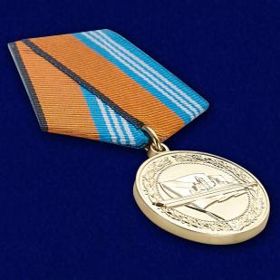 """Медаль """"За службу в надводных силах"""" - вид под углом"""