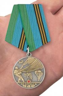 Медаль «За службу в ВДВ» Афган - вид на ладони