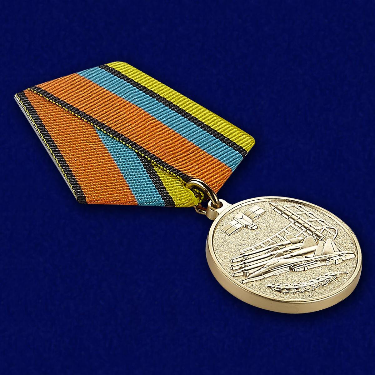 """Медаль """"За службу в воздушно-космических силах"""" - вид под углом"""