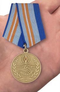 Медаль «За содружество во имя спасения» МЧС России - вид на ладони