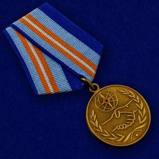 Медаль «За содружество во имя спасения» МЧС России - вид под углом
