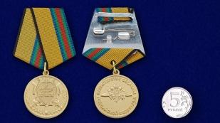 """Медаль """"За укрепление боевого содружества"""" - сравнительный размер"""