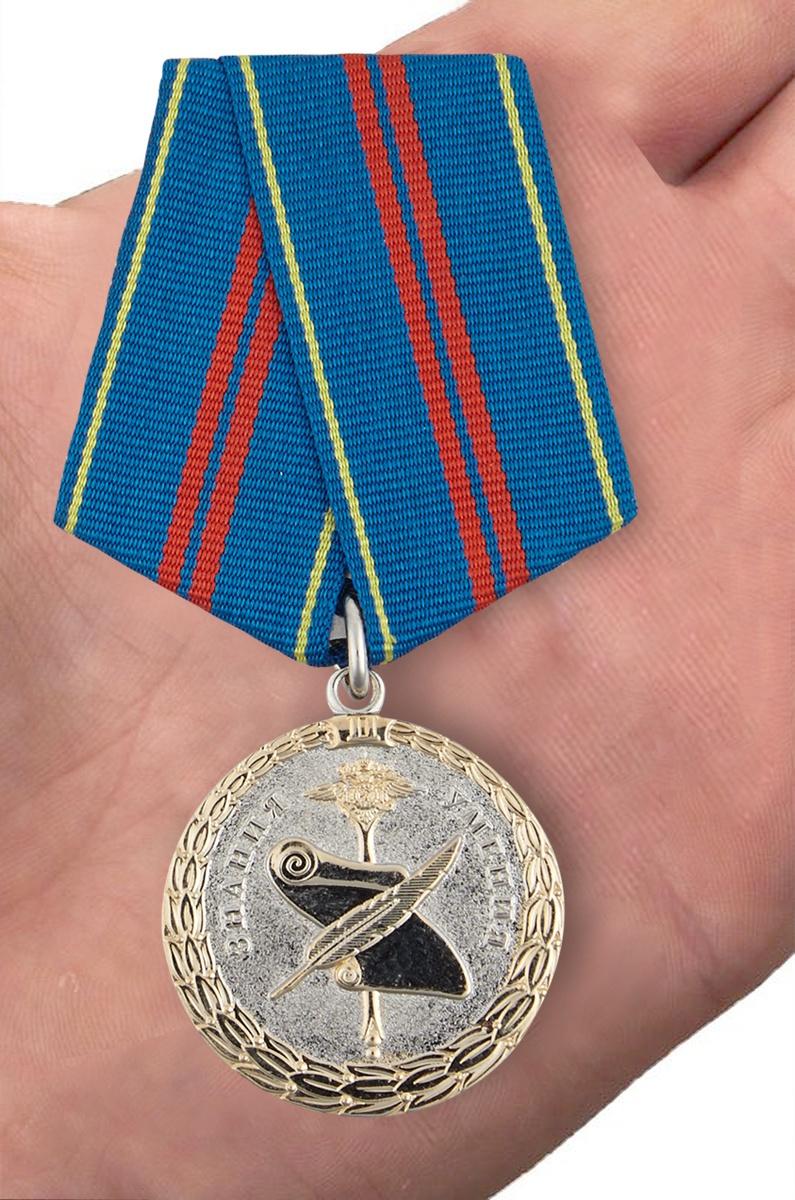 Медаль МВД России «За заслуги в управленческой деятельности» 2 степени - вид на ладони
