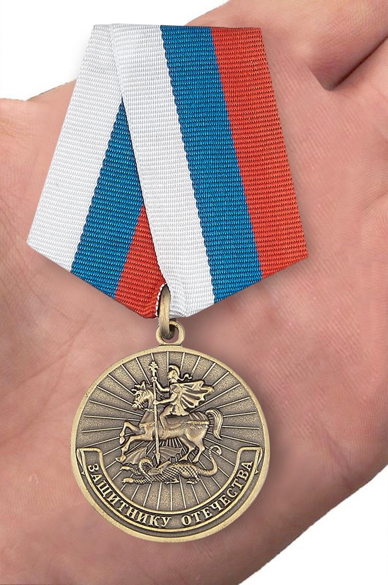 Медаль Защитнику Отечества (Родина Мужество Честь Слава) - вид на ладони
