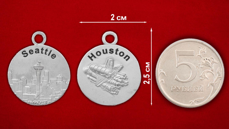 """Медальон """"Сиэттл - Хьюстон"""" - сравнительный размер"""