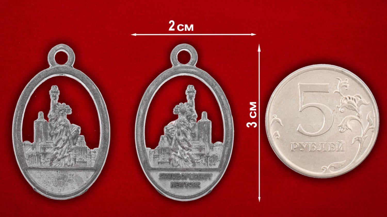"""Медальон """"Статуя Свободы"""" - сравнительный размер"""