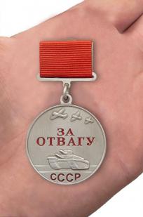 """Муляж медали """"За отвагу"""" - вид на ладони"""