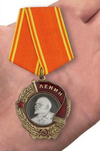 Орден Ленина (муляж) - вид на ладони