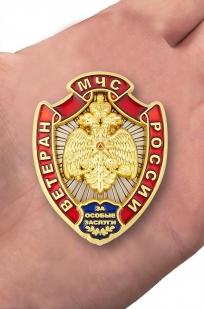Нагрудный знак Ветеран МЧС России - вид на ладони