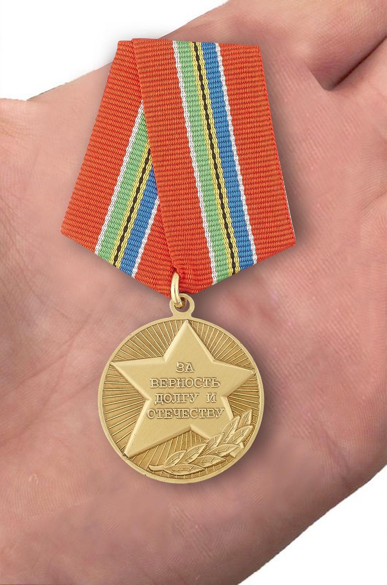 Общественная медаль «За верность долгу и Отечеству» - вид на ладони