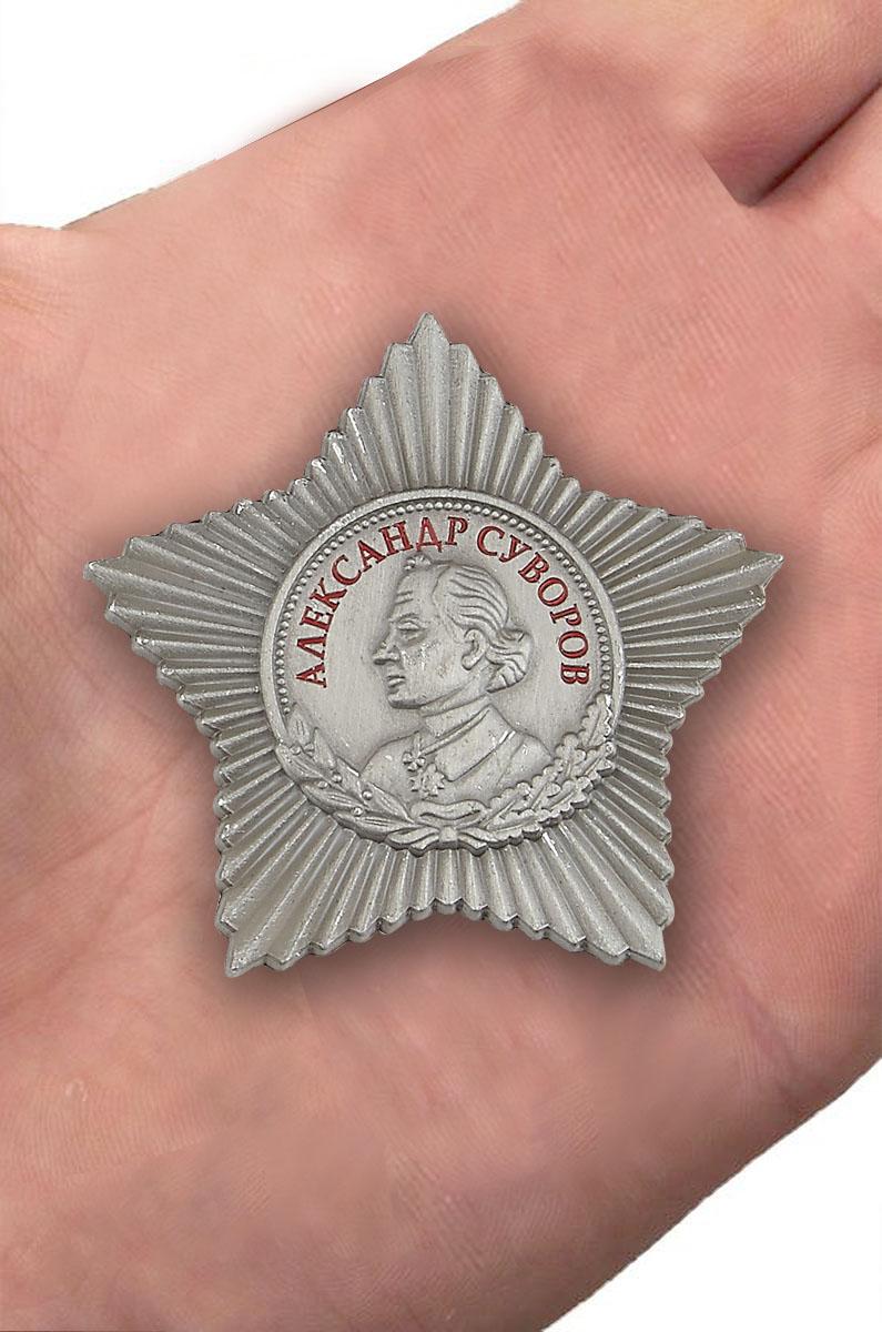 Орден Суворова 3 степени (муляж) - вид на ладони