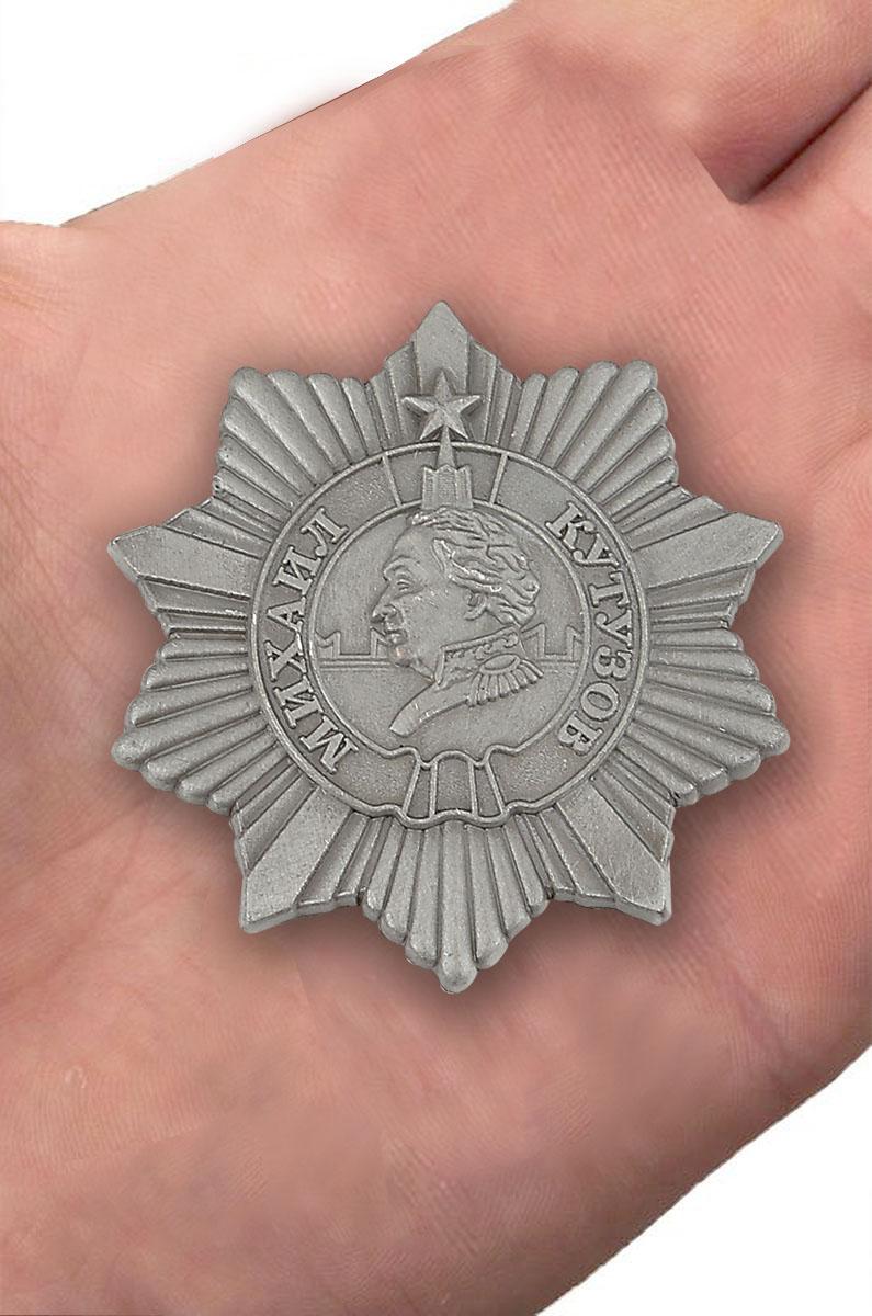 Орден Кутузова 3 степени (муляж) - вид на ладони