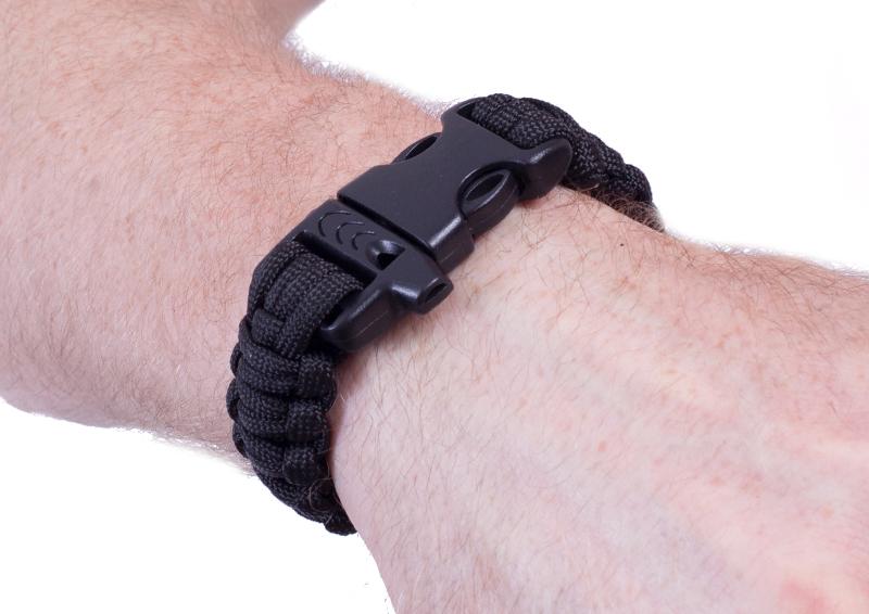 Тактический браслет из паракорда черный-вид на руке спереди