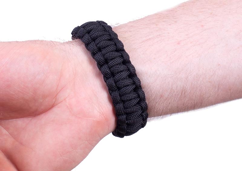Тактический браслет из паракорда черный-вид на руке сзади