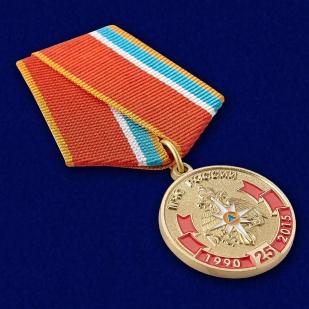 Юбилейная медаль МЧС России 25 лет - вид под углом