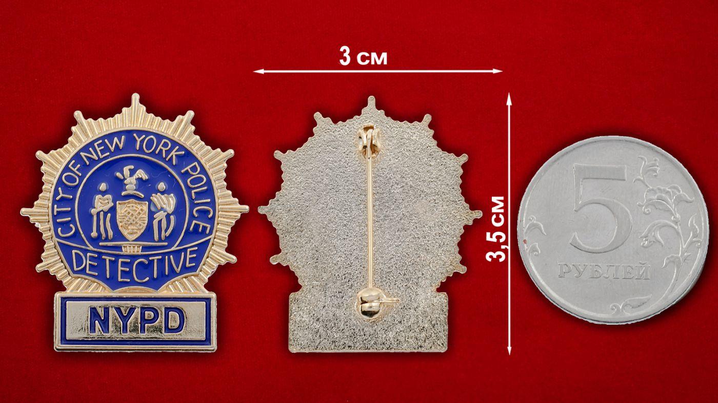 Значок детектива полиции Нью-Йорка - сравнительный размер