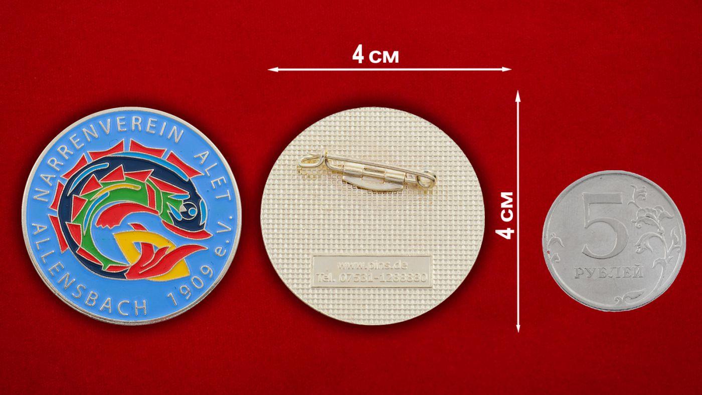 Значок карнавала в Алленсбахе - сравнительный размер