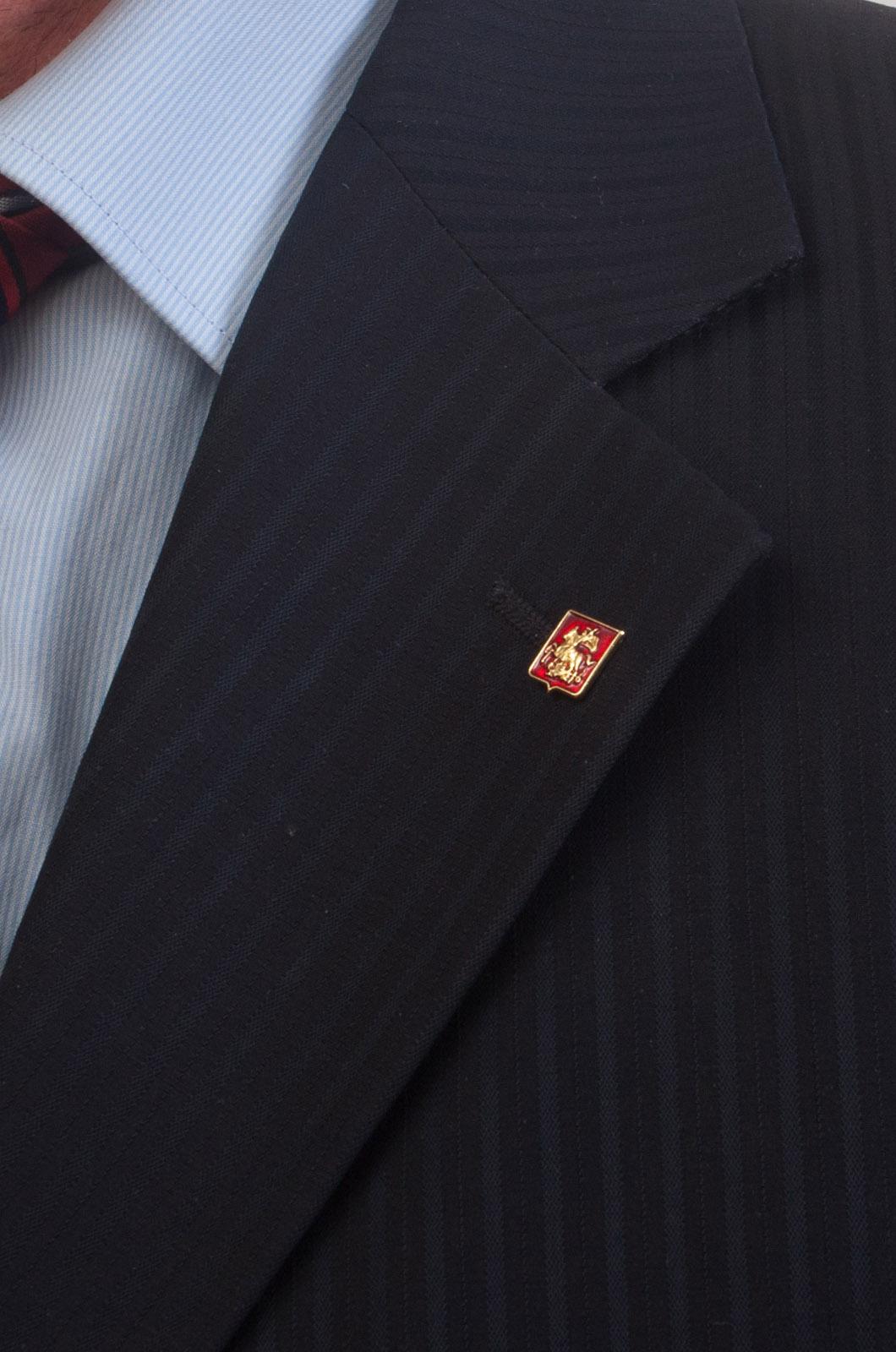 "Значок ""Москва"" на лацкан пиджака - вид на лацкане пиджака"