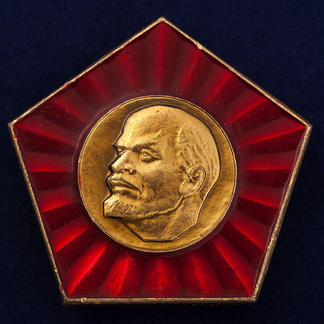 Значок с барельефом Ленина