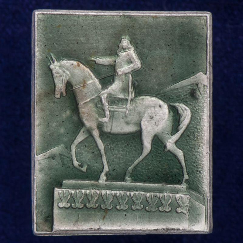Значок с конной статуей