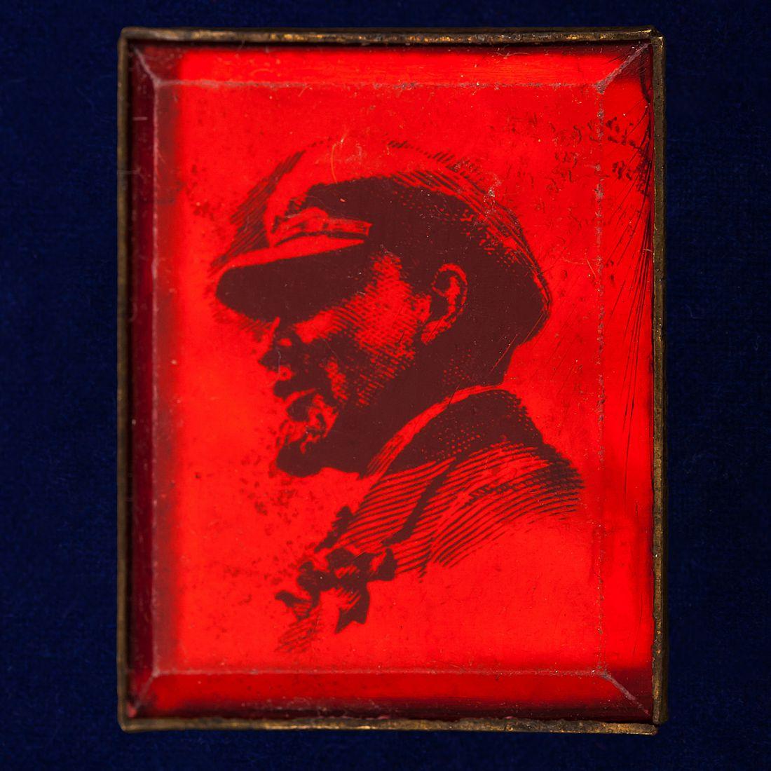 Значок с Лениным в кепке