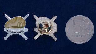 Значок ВВ МВД «Оливковый берет» - сравнительный размер