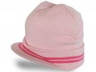Аккуратная женская шапка с козырьком