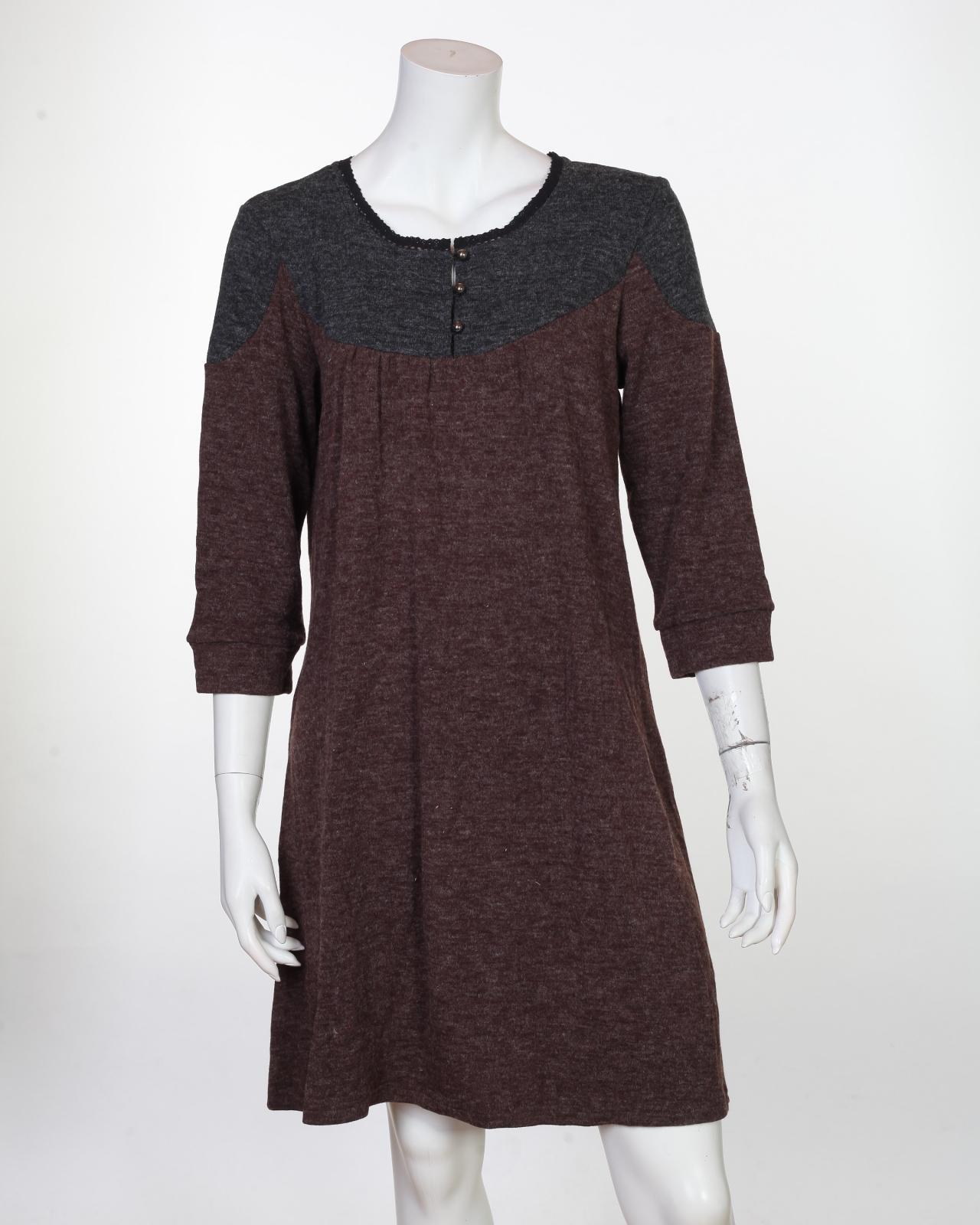 Аккуратное бордовое платье с пуговичками