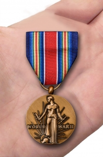 Американская латунная медаль За победу во II Мировой войне - вид на ладони