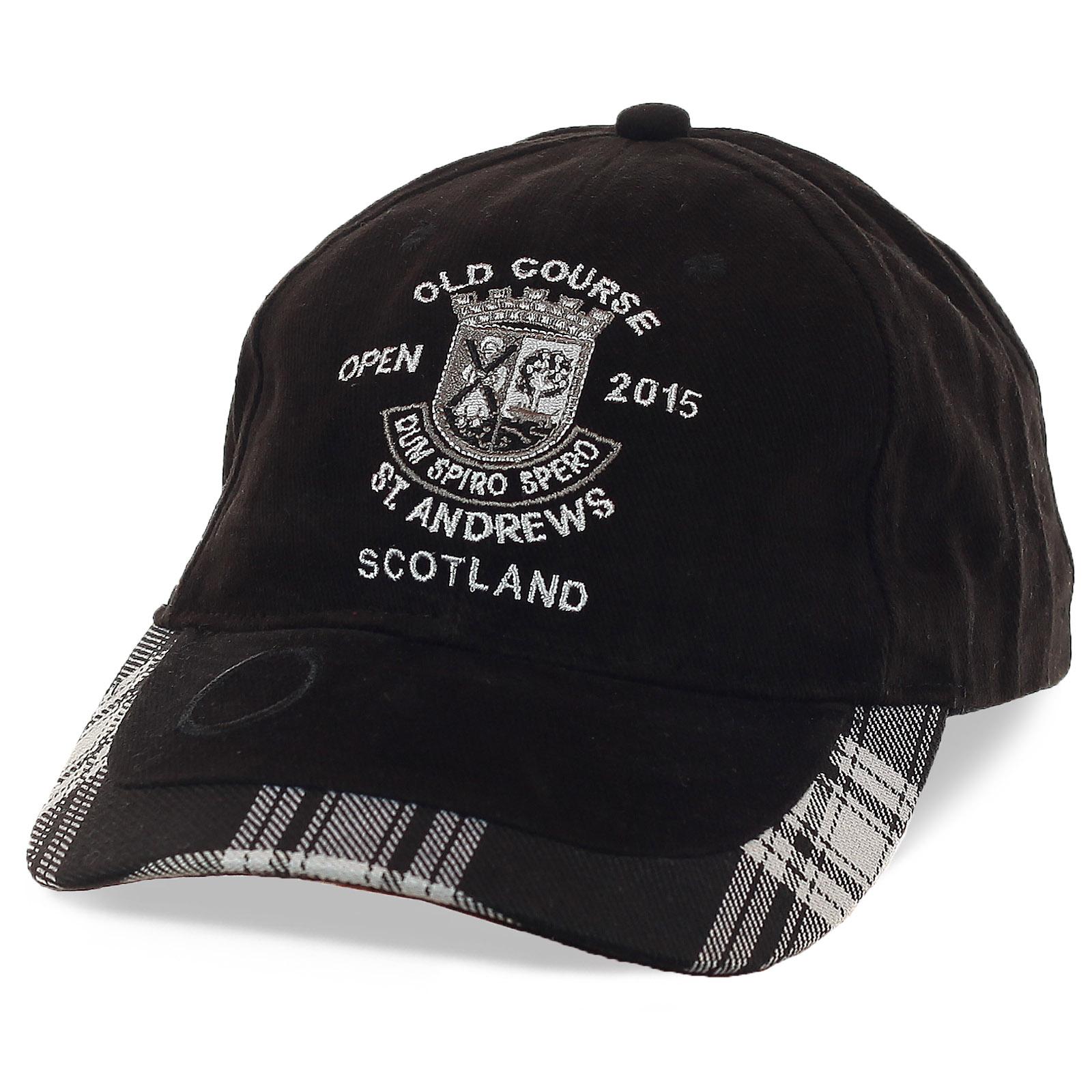 Черно-белая бейсболка Old Course St. Andrews с крылатым выражением – «dum spiro, spero» - пока дышу, надеюсь. Фишка модели – плотный козырек с геометрическим принтом