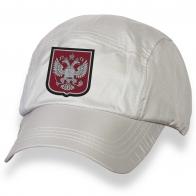 Белая бейсболка с вышивкой-гербом России.