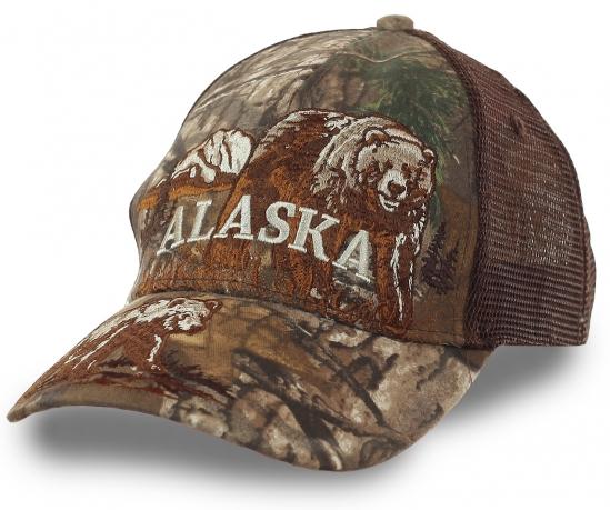 Бейсболка-камуфляж Alaska с сеткой. Плавный переход от одной расцветки в другую, тона от увядания до раннего цветения растительности. Фирменный логотип дополняет маскировочный эффект
