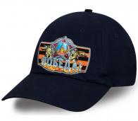 Бейсболка с круглым козырьком и символикой Победы.