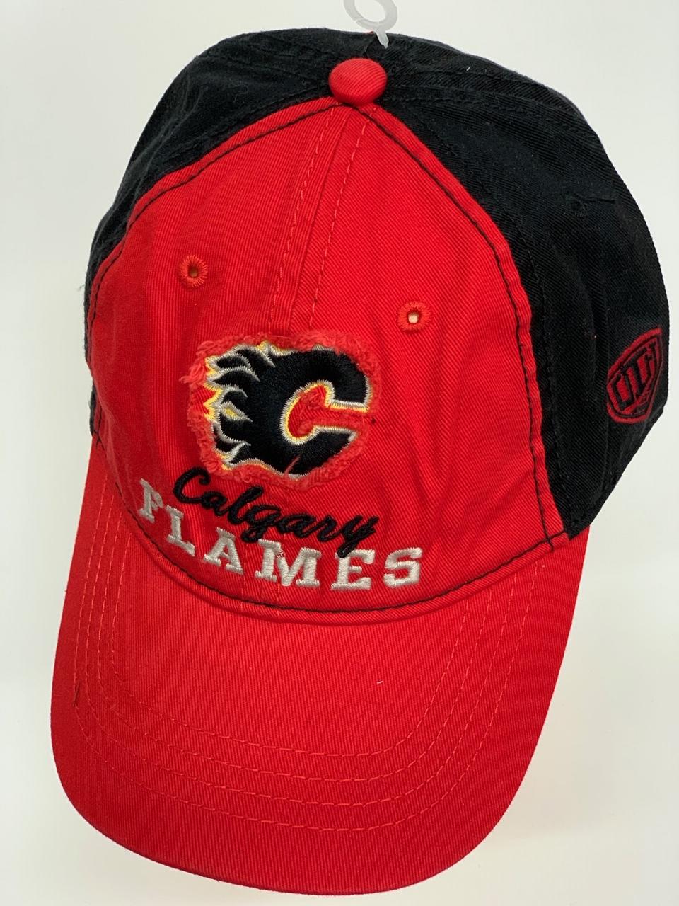 Бейсболка Calgary Flames красного цвета с черным тылом