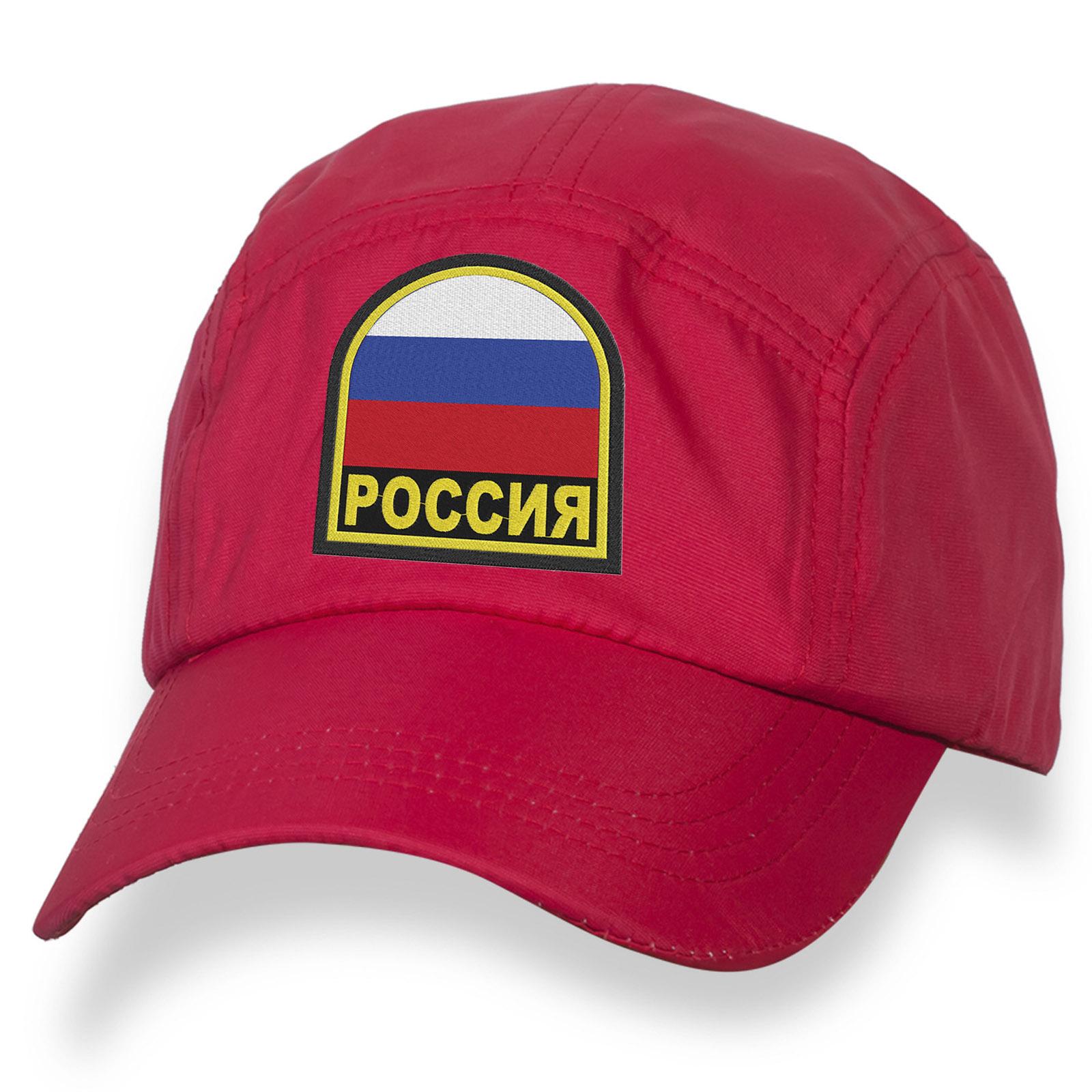 Заметная бейсболка с вышитым флагом России.